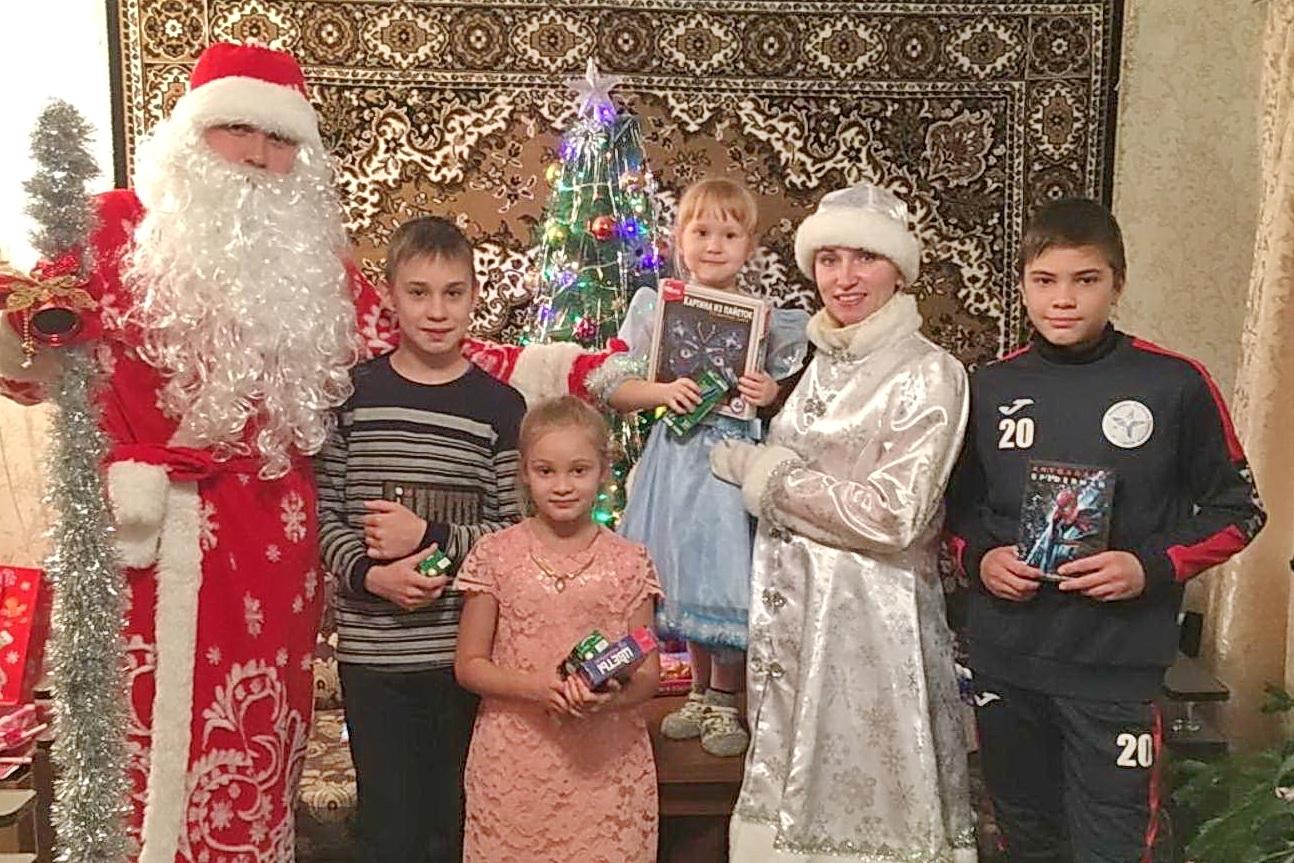 Магнезитовские Дед Мороз и Снегурочка поздравили больше ста детей