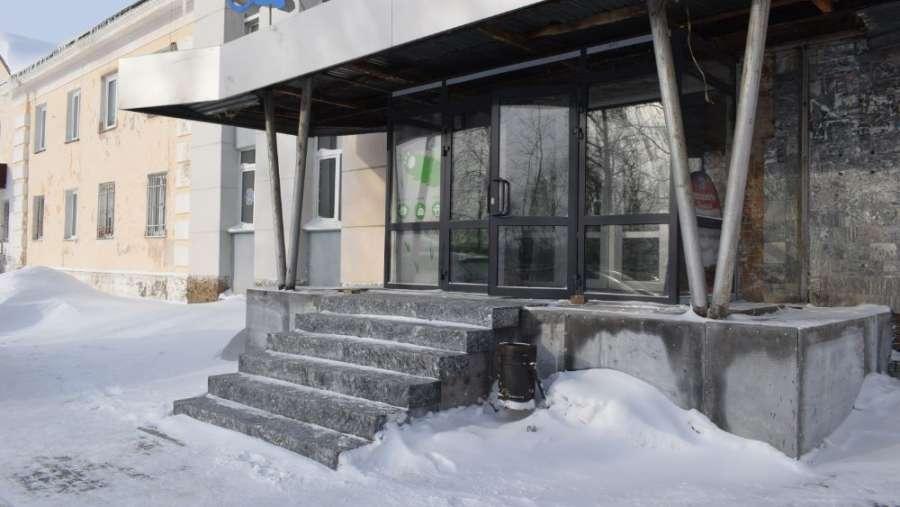 Жительница Сатки пожаловалась на неудобное крыльцо здания